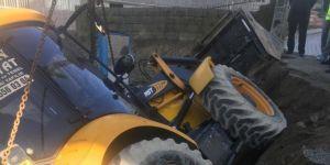 İş makinesi cami bahçesine düştü: Bir yaralı