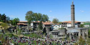 Güneşli havayı fırsat bilen Diyarbakırlılar sahabe türbelerine akıt etti