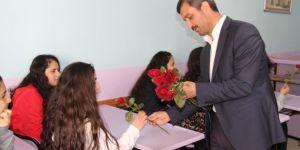 Diyarbakır'da öğrenciler gül ile etkinliğe davet edildi