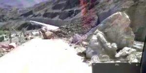 Pervari Beğendik Beldesi'nde heyelan nedeniyle dev kayalıkların kapattığı yol açılamıyor