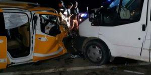 Siirt-Baykan Karayolu'nda minibüs ile ticari taksi çarpıştı: 8 yaralı