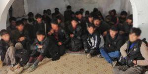 Van'da metruk binada 36 göçmen yakalandı