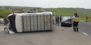 Çınar Aşağıkonak'ta minibüs ile otomobil çarpıştı: Biri bebek 5 yaralı