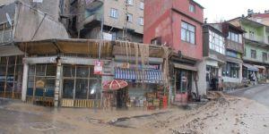 Bitlis'te kanalizasyon borusu patladı iş yerlerini su bastı