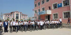 Nusaybin'de kurdukları grupla hem bisiklet sürüyorlar hem kitap okuyorlar