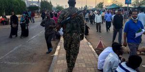 Sudan'da ordu karargâhı önünde çatışma