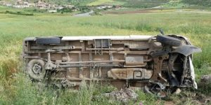 Eruh'ta yolcu minibüsü şarampole devrildi: 9 yaralı