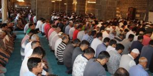 Bayram namazında tarihi Ulu Camii doldu taştı