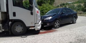 Palu'da çöp kamyonu ile otomobil çarpıştı: 1 yaralı