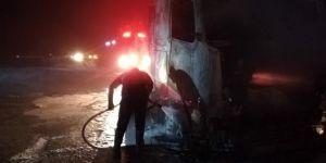 Nusaybin'de motoru alev alan TIR demir yığınına döndü
