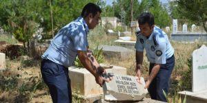 Akli dengesi bozuk kişi birçok mezarın taşını kırdı