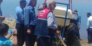 Hilvan'da freni tutmayıp Fırat Nehri'ne giren traktör çıkarıldı