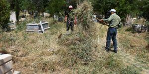 Hilvan'da mezarlıklar yabani otlardan arındırılıyor