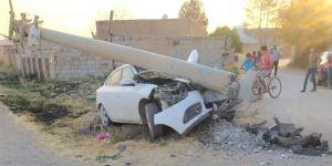 Kızıltepe'de kontrolden çıkan araç beton direğe çarptı