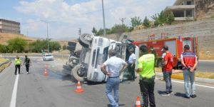 Siirt-Kurtalan Karayolu'nda freni boşalan beton mikseri devrildi: 1 yaralı