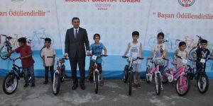 Batman'da yüzlerce öğrenciye bisiklet dağıtıldı