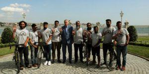 Cumhurbaşkanı Erdoğan, bisikletle hacca giden sekiz hacı adayını kabul etti