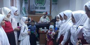 Adana'da kız çocukları harçlıklarını muhtaç ailelere bağışladı