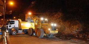 Bitlis'te karayoluna ait enkazı belediye kaldırdı