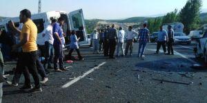 Bingöl'de minibüs ile otomobil çarpıştı: 1 ölü 14 yaralı