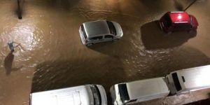 Rize'de Dörtyol mevkiinde otomobil sele kapıldı