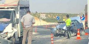 Nizip'te kamyonet ile otomobil çarpıştı: 5 yaralı