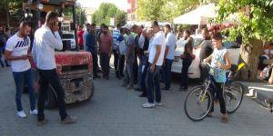 Çınar'da freni tutmayan forklift önüne aldığı aracı sürükledi