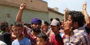 Binlerce İdlibli Rusya ve Suriye rejimini protesto için sokağa döküldü