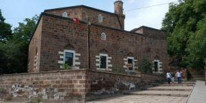 Ahlat Tarihi İskender Paşa Camii'nde abdest alınacak yerin olmayışı tepkilere neden oluyor