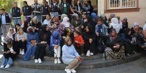 Diyarbakır'da STK'lardan oturma eylemi yapan annelere destek
