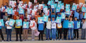 Avrupa Yetim Eli'nden öğrencilere kırtasiye yardımı