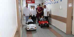 Şanlıurfa'da çocuklar akülü arabayla ameliyathaneye götürülüyor