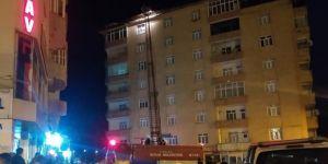 Bitlis'te binanın çatısında çıkan yangın korkulu dakikalar yaşattı