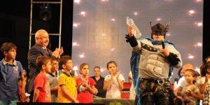 Batman kostümlü sanatçı dikkatleri plastik atıklara çekti
