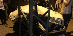 Otomobil elektrik direğine çarptı: Bir yaralı