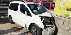 Nusaybin'de kontrolden çıkan araç bahçe duvarına çarparak durabildi: 3 yaralı