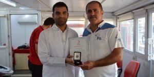Kızılay'dan Hilvan'da kan bağışında bulunan postacıya gümüş madalya