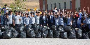 Tatvan Belediye Başkanı Mehmet Emin Geylani öğrencilerle birlikte çevre temizliği yaptı