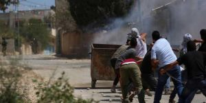 Siyonistler göstericilere silahlarla ve göz yaşartıcı bombalarla saldırdı