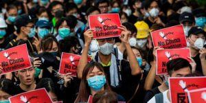 Hong Kong'da yasağa rağmen binlerce maskeli sokaklarda