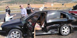 İslahiye'de otomobiller çarpıştı: 2'si çocuk 12 yaralı