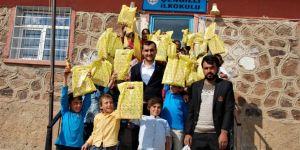 Yüzlerce çocuğa kırtasiye yardımı yapıldı