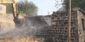 Tehlike teşkil eden metruk yapı Diyarbakır Bağlar Belediyesi tarafından yıkıldı