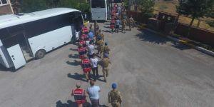 Düzensiz göçmenleri taşıyan 4 kişi tutuklandı
