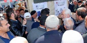 Elazığ'da Mevlid kandili nedeniyle vatandaşlara gül şerbeti ikram edildi
