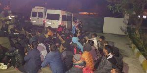 Düzensiz göçmenleri yol kenarına bırakıp kaçtılar