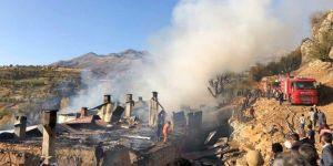 Arıcak'ta 6 ev cayır cayır yandı