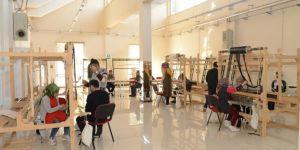 Diyarbakır'da kursiyerler ipek dokumacılığını detaylarıyla öğreniyor