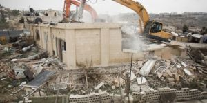 Zionist gangs raze house, displaces family in Beit Hanina