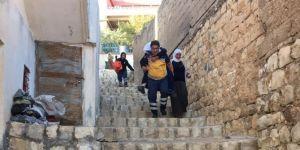 Mardin'de 112 acil tıp teknisyeni yaşlı ve felçli hastayı ambulansa sırtında taşıdı